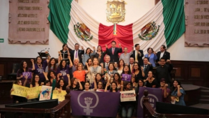 Coahuila aprueba sancionar la difusión de 'el pack' con 6 años en prisión