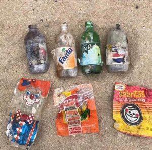 Buscaban basura en la playa y encontraron envolturas de hace décadas
