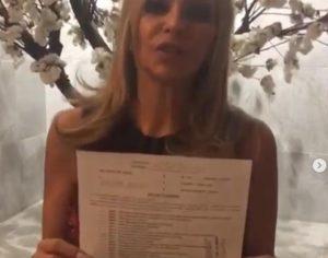 VIDEO: Daniela Castro exhibe documento que la libera de cargos por presunto robo