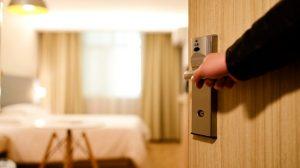 Mujer demanda a motel porque destapó su infidelidad y eso la llevó al divorcio