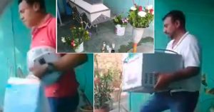 En pleno funeral familiares roban a difunto (video)