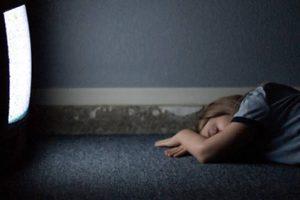 Dormir con la luz encendida favorece el aumento de peso en mujeres, según estudio
