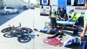Queda mal herido motociclista al estrellarse contra auto