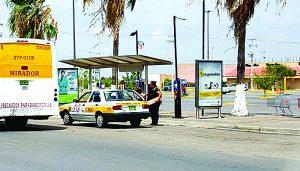 Se quejan usuarios de escasez de taxis