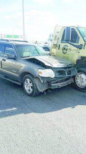 Provoca camión volcadura de auto