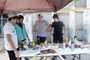 Construyen  regaderas a migrantes