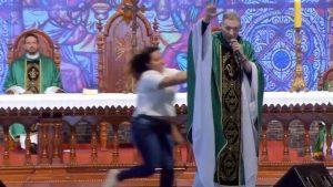 VIDEO: Mujer empuja y tumba del escenario a famoso sacerdote Marcelo Rossi