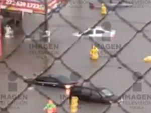 Conductores viven momentos de pánico por inundación en Puebla