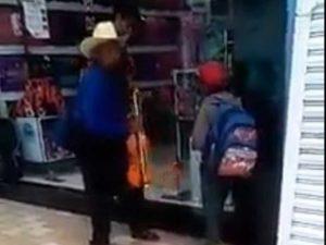 Mojan a abuelito que descansaba afuera de tienda