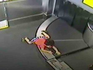 Niño es 'tragado' por cinta transportadora en aeropuerto