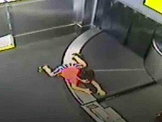 Una cinta transportadora del aeropuerto arrastra a un niño durante 5 minutos