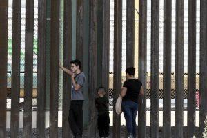 Fuerza EU a migrantes a esperar en Matamoros