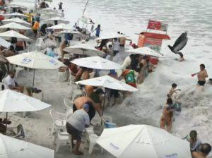 Enorme ola alcanza a los turistas que disfrutaban del sol desde la playa