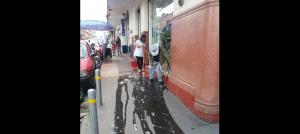 Empleada arroja agua a anciano para correrlo