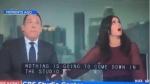 VIDEO: Conductora de noticias se refugia debajo de su escritorio durante sismo en California
