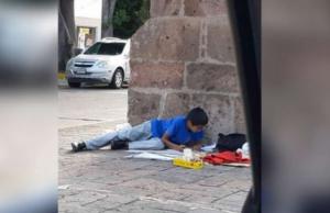 Niño que vende dulces en la calle tiene promedio de 9