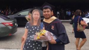 Homenajea a su madre fallecida con foto tamaño real en su graduación