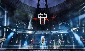 Integrantes de Rammstein se besan durante concierto