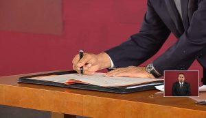 AMLO firma compromiso de no reelección ante notario público