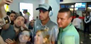 VIDEO: Portero de Tigres niega foto a niño con playera de Rayados