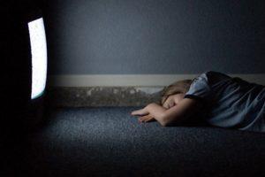 Dormir frente al televisor encendido te aumentaría de peso: Estudio