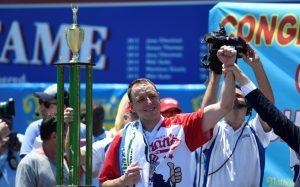 Joey Chestnut gana el concurso de Hot Dogs del 4 de julio de Estados Unidos