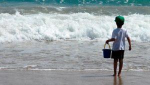 Madre olvida a su hijo en playa Miramar y nadie acude a reclamarlo