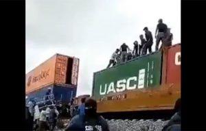 Saquean contenedores en tren de carga en Puebla