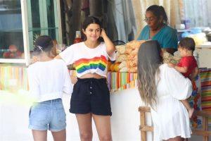 Captan a Selena Gomez paseando en Nayarit
