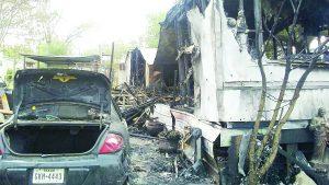 Madre e hijos graves en incendio de casa móvil