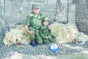 Se convierte Raulito en pequeño soldado