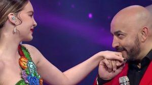 Carlos Ponce exhibe 'tatuaje' de Lupillo en marcado abdomen de Belinda