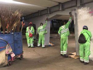 Tras vandalismo, limpian toda la noche Glorieta de Insurgentes