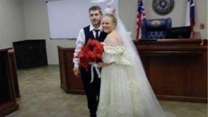 Novios mueren en choque al salir de su boda