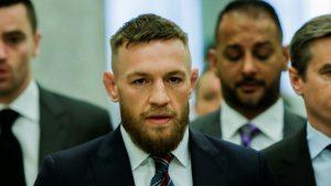 VIDEO: Brutal puñetazo de Conor McGregor a un hombre por rechazar su invitación a tomar una copa de whisky