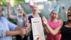 Grupo de amigos juegan a la lotería con los mismos números más de una década y ganan el premio mayor