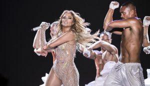 ¡Demandan a J.Lo por usar vestuario transparente en su concierto!