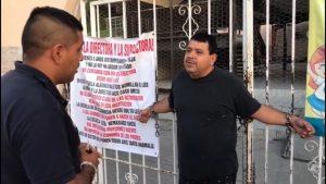 Se encadena padre en portón de escuela por bullying que recibe su hija
