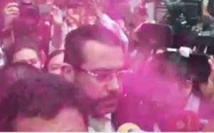Arrojan diamantina a Jesús Orta, jefe de la Policía, en protesta por agresiones sexuales
