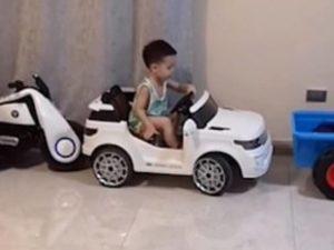Niño impresiona por su forma de estacionar su auto de juguete