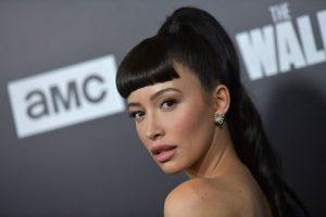 Christian Serratos encarnaría a Selena en serie de Netflix