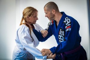 Maestro de Jiu Jitsu da golpiza a su novia y a su familia