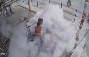 Captan momento en que explota tanque de gas a trabajador en Saltillo