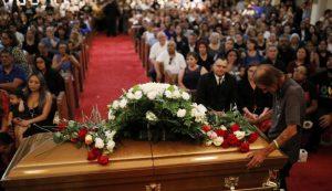 Cientos de personas acuden a funeral de mujer fallecida en tiroteo en El Paso, Texas