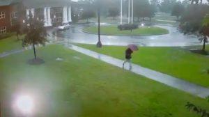 VIDEO: Se salva por un 'pelito' de morir electrocutado por rayo