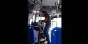 VIDEO: Golpea a conductor de camión por no bajarlo en la parada que pidió