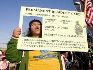 EU negará 'green cards' a migrantes pidan 'ayudas' al gobierno
