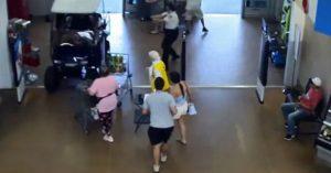VIDEO: Hombre entra con carrito de golf a Walmart y causa pánico