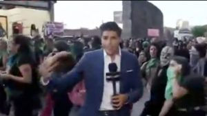 VIDEO: Golpean a reportero en protesta contra violencia de género