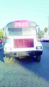 Choca camión por ir de reversa